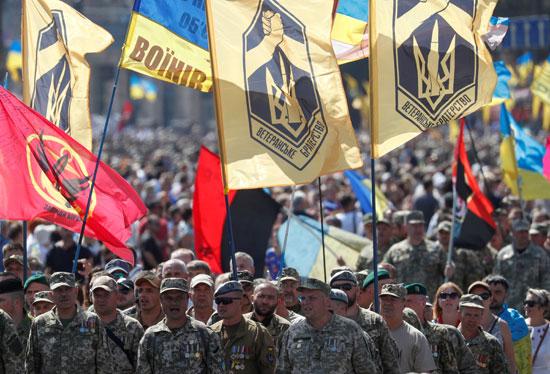 العسكريون وسط ميدان كييف