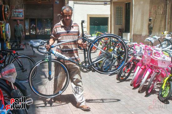 يحمل احدي الدراجات