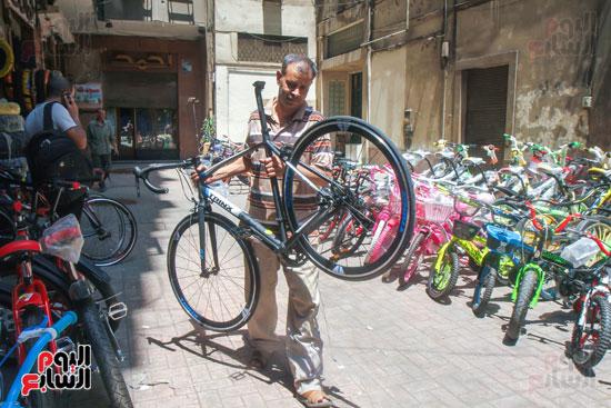 فني يحمل احدي الدراجات