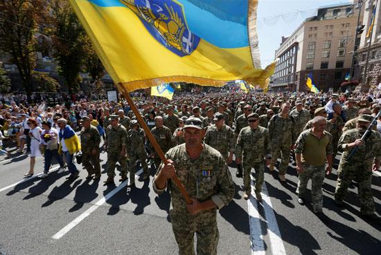 مئات العسكريين يحتفلون فى كييف