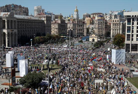العشرات يحضرون الحفل فى ميدان كييف