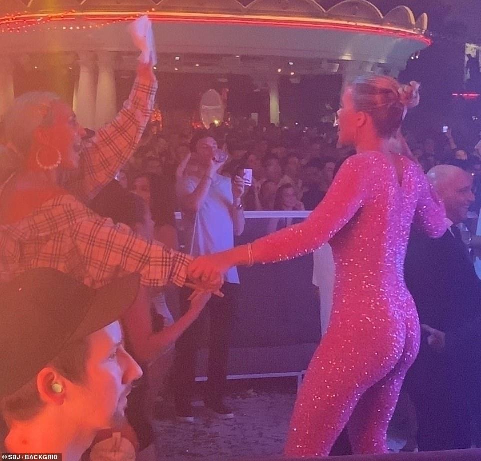 صوفيا في وصلة رقص (2)