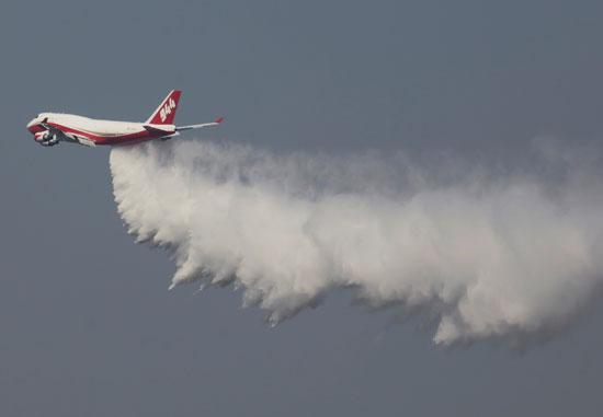 طائرة تشارك فى اطفاء الحريق