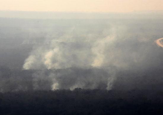 الدخان يتصاعد جراء الحرائق