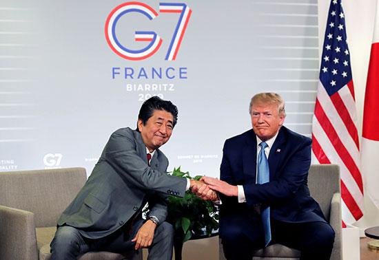 جانب من لقاء ترامب ورئيس الوزراء اليابانى (1)