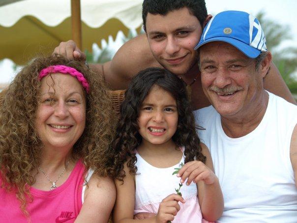 56027-فاروق-الفيشاوى-وسمية-الالفى-ونجلهما-عمر-وحفيتدهما-لينا
