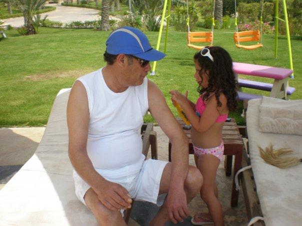 58403-فاروق-الفيشاوى-مع-حفيدته-لينا