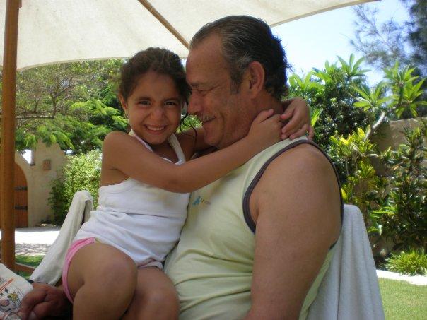 59964-فاروق-الفيشاوى-فى-لحظات-خاصة-مع-حفيدته-لينا