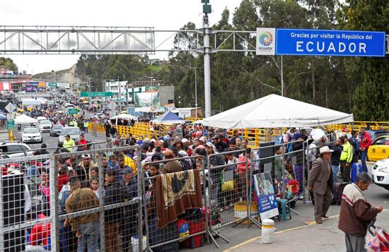 الآلاف الفنزويليين يفرون إلى الإكوادور