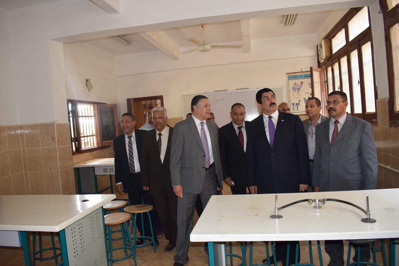محافظ القليوبية ورئيس جامعة بنها يتفقدان مشروع تطوير قرية كفر فرسيس (6)