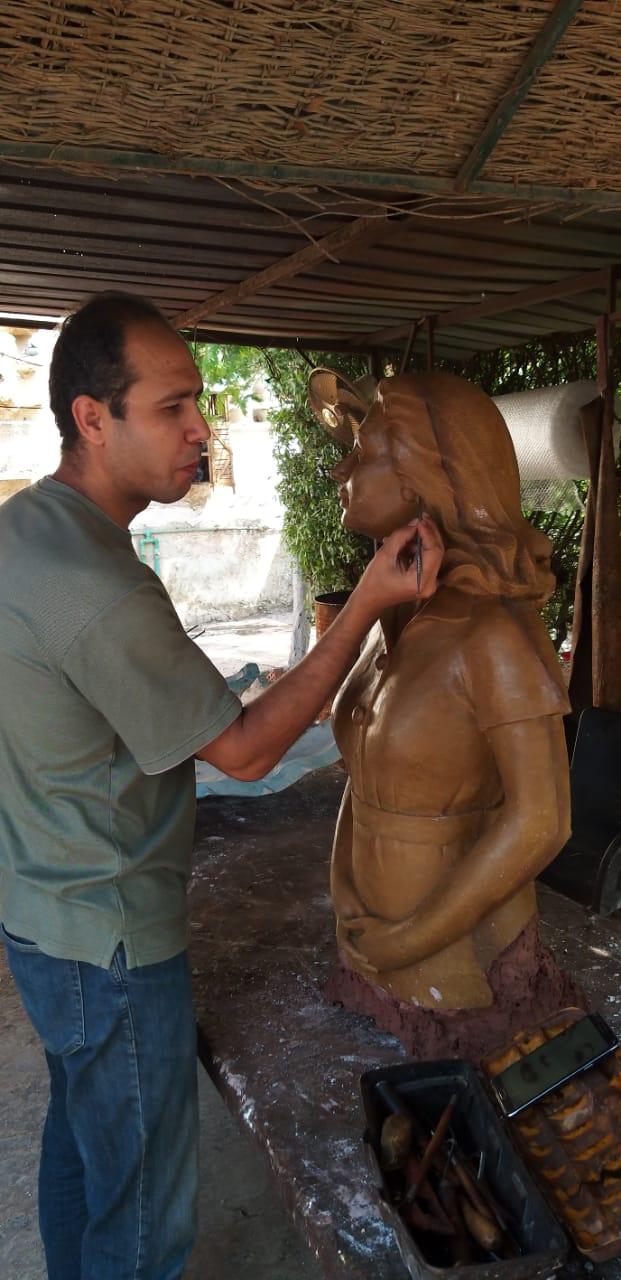 تمثال ليلى مراد خلال نحته (4)