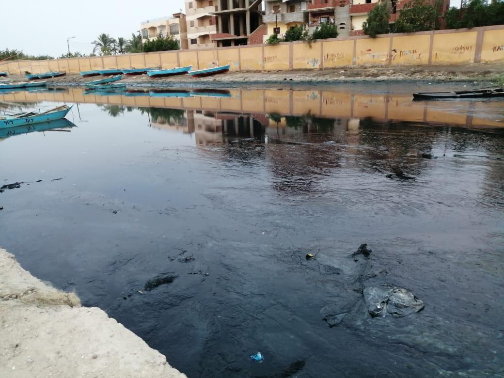 إلقاء مخلفات الصرف الصحى والزراعى فى البحيرة المرة بفنارة تقضى على الثروة السمكية والسياحة (2)