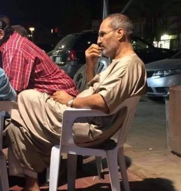 شبيه ستيف جوبز فى أحد مقاهى القاهرة