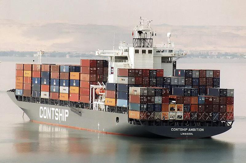 سفينة حاويات بالبحيرات المرة أثناء عبورها قناة السويس