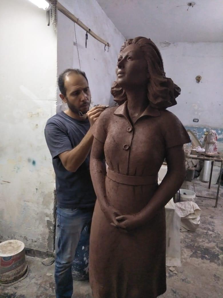 تمثال ليلى مراد خلال نحته (1)