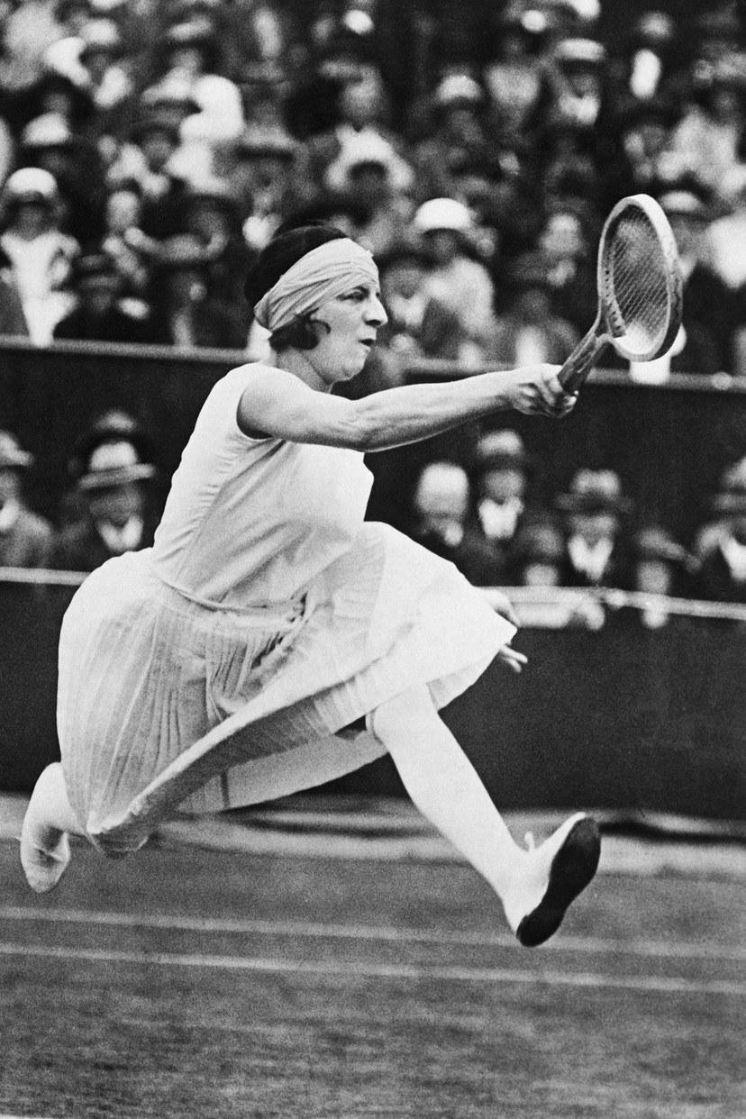 سوزان لينغلن تلعب في بطولة فردي السيدات للتنس في ويمبلدون ، 1920.