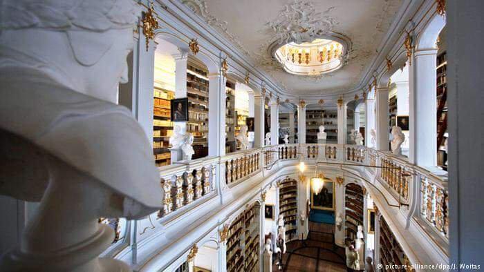 من الطابق الأعلى