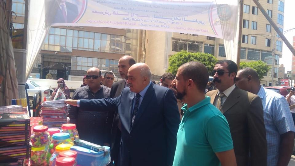 مدير أمن كفر الشيخ يفتتح معرض الغرفة التجارية لمستلزمات المدارس (3)