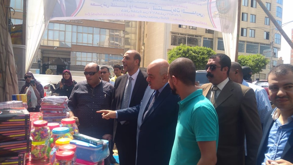 مدير أمن كفر الشيخ يفتتح معرض الغرفة التجارية لمستلزمات المدارس (1)