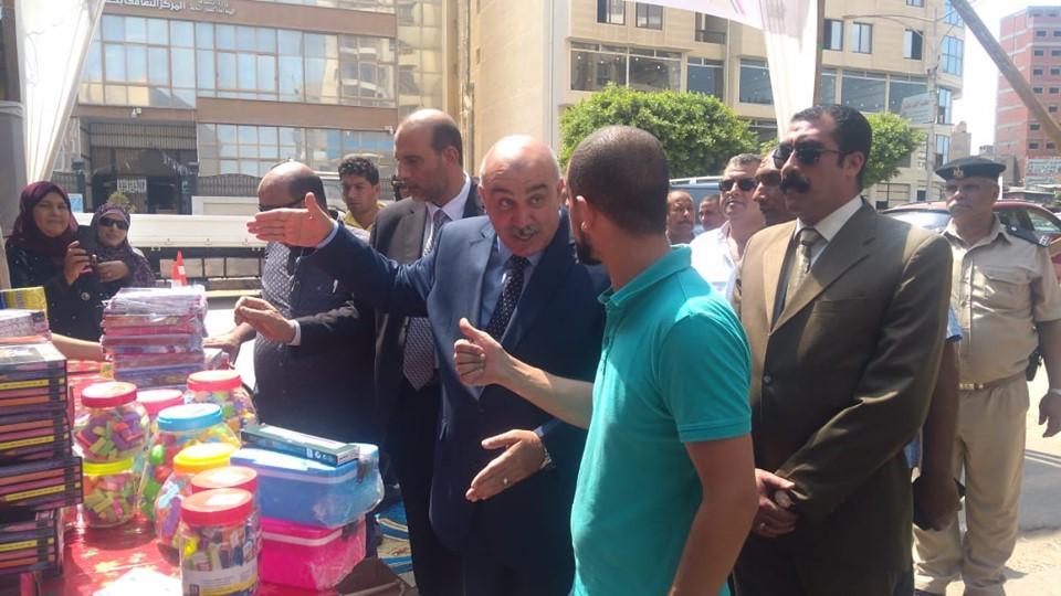 مدير أمن كفر الشيخ يفتتح معرض الغرفة التجارية لمستلزمات المدارس (5)