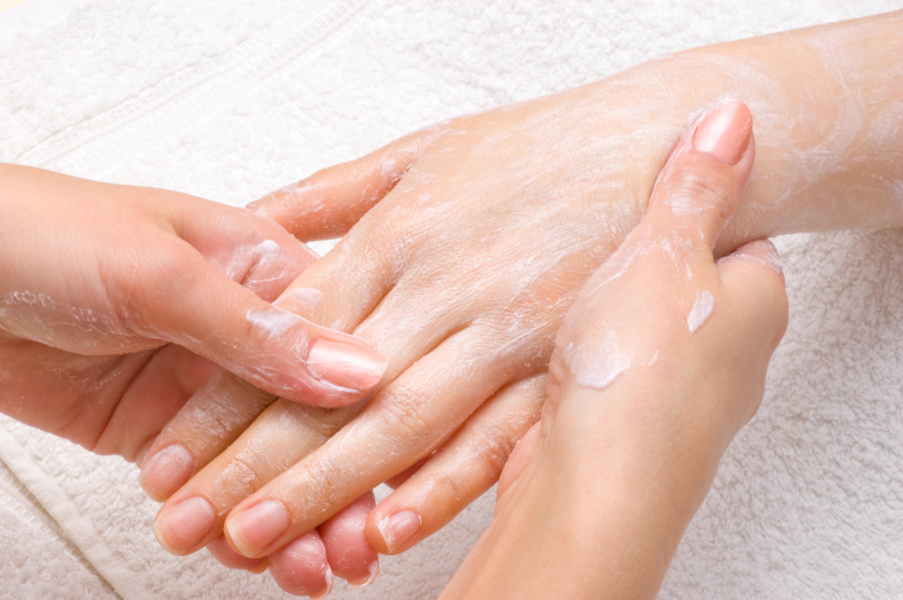 وصفات طبيعية لترطيب اليدين (2)