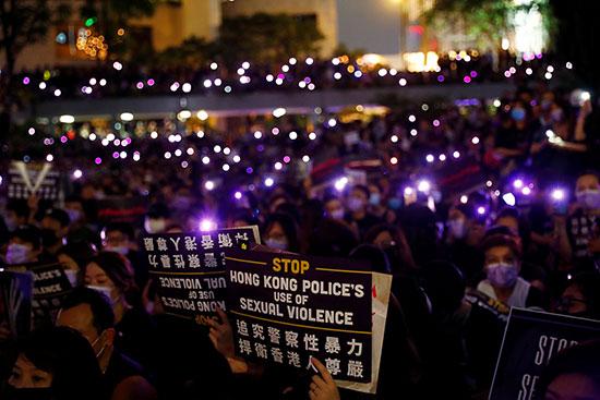 اللافتاء السوداء التى رفعها المتظاهرين