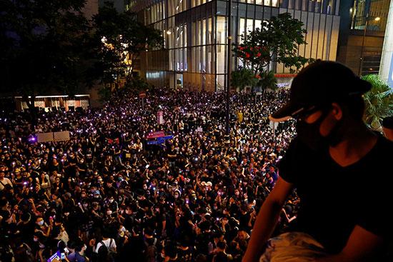 مئات المحتجين فى هونج كونج
