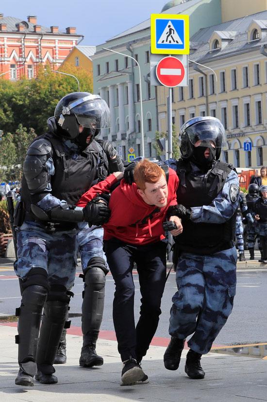 الشرطة الروسية تعتقل متظاهر