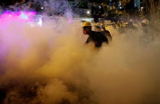 الشرطة تطلق الغاز