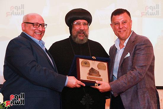 هدية-المركز-للدكتور-محمود-المتينى-باستلام-المنصب