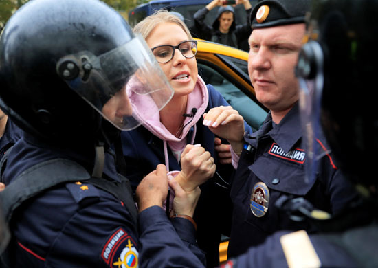 اعتقال متظاهرة