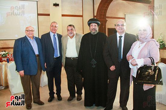 مع-الانبا-ارميا-واصدقاء-الدكتور-عبد-الوهاب-عزت