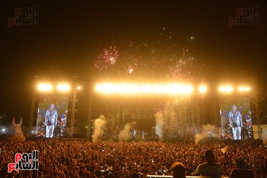 الأمريكى راس يلهب أجواء أولى حفلاته فى مصر (14)