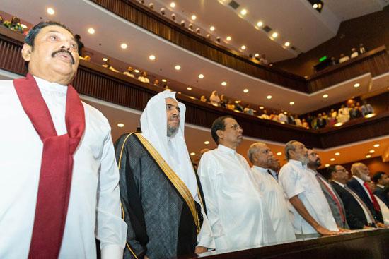 الرئيس السيريلانكي والشيخ العيسي أثناء عزف النشيد الجمهوري