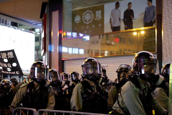 عناصر من الشرطة فى هونج كونج