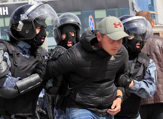 اعتقال محتج