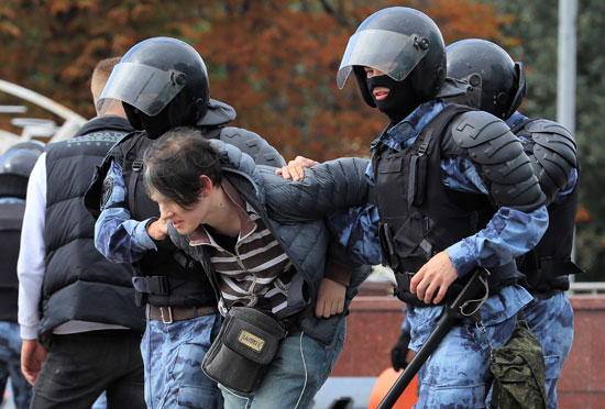 الشرطة تعتقل فتاة
