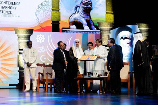 الرئيس السيريلانكي يمنح الشيخ د. محمد العيسي وسام الجمهورية الأعلى لجهوده في تعزيز السلام بين أتباع الأديان