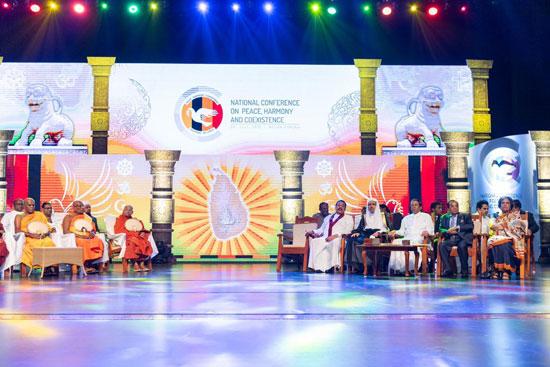 الرئيس السيريلانكي وبجواره الشيخ د. محمد العيسي.. والقيادات الدينية فى منصة الجلسة الافتتاحية للقمة.
