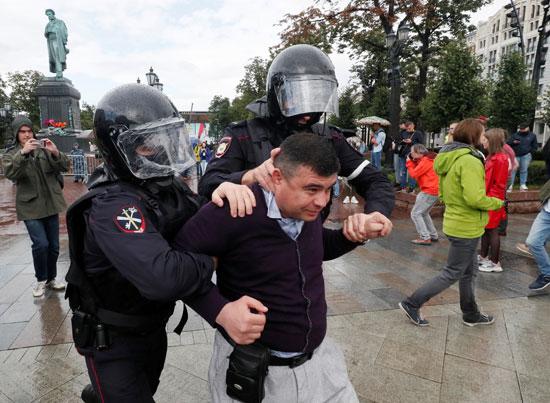 تعنيف الشرطة لأحد المتظاهرين