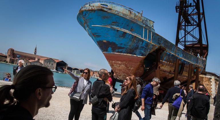 قارب المهاجرين قطعة فنية