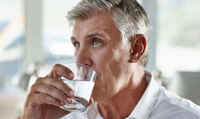 أهمية شرب الماء لكبار السن