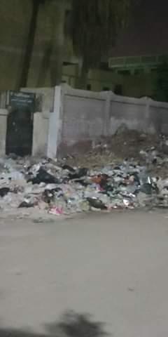 القمامة تحاصر مدرسة الرافعي بشبرا الخيمة (1)