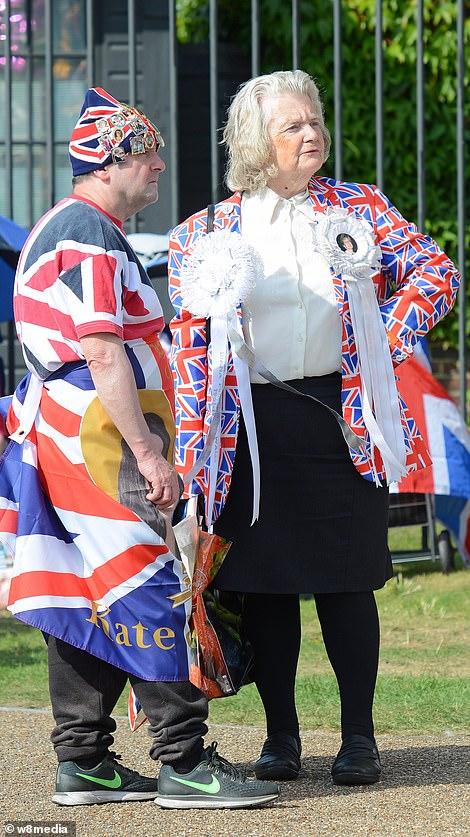 البريطانيون أمام قصر الأميرة ديانا (1)