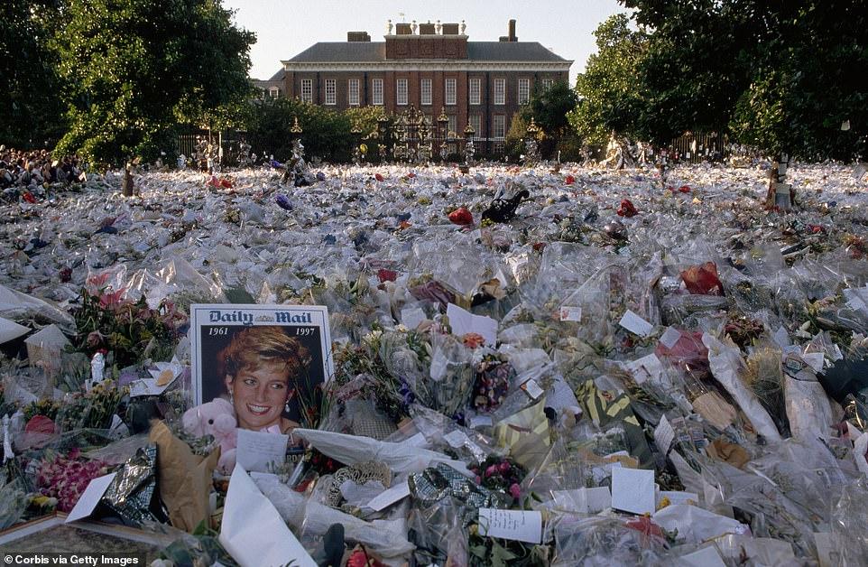 البريطانيون أمام قصر الأميرة ديانا (2)