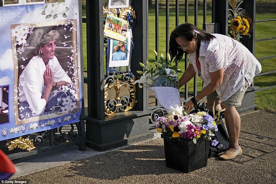 البريطانيون أمام قصر الأميرة ديانا (4)