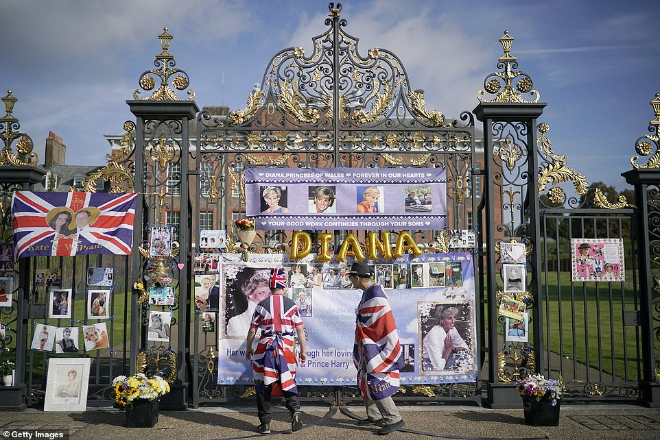البريطانيون أمام قصر الأميرة ديانا (5)