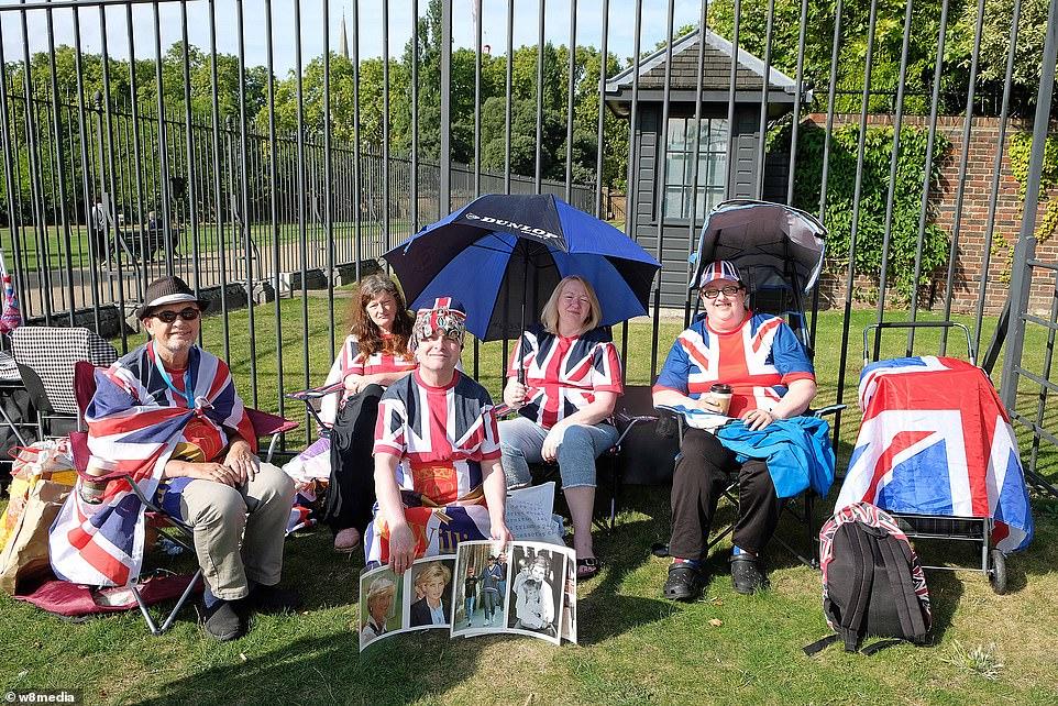 البريطانيون أمام قصر الأميرة ديانا (3)