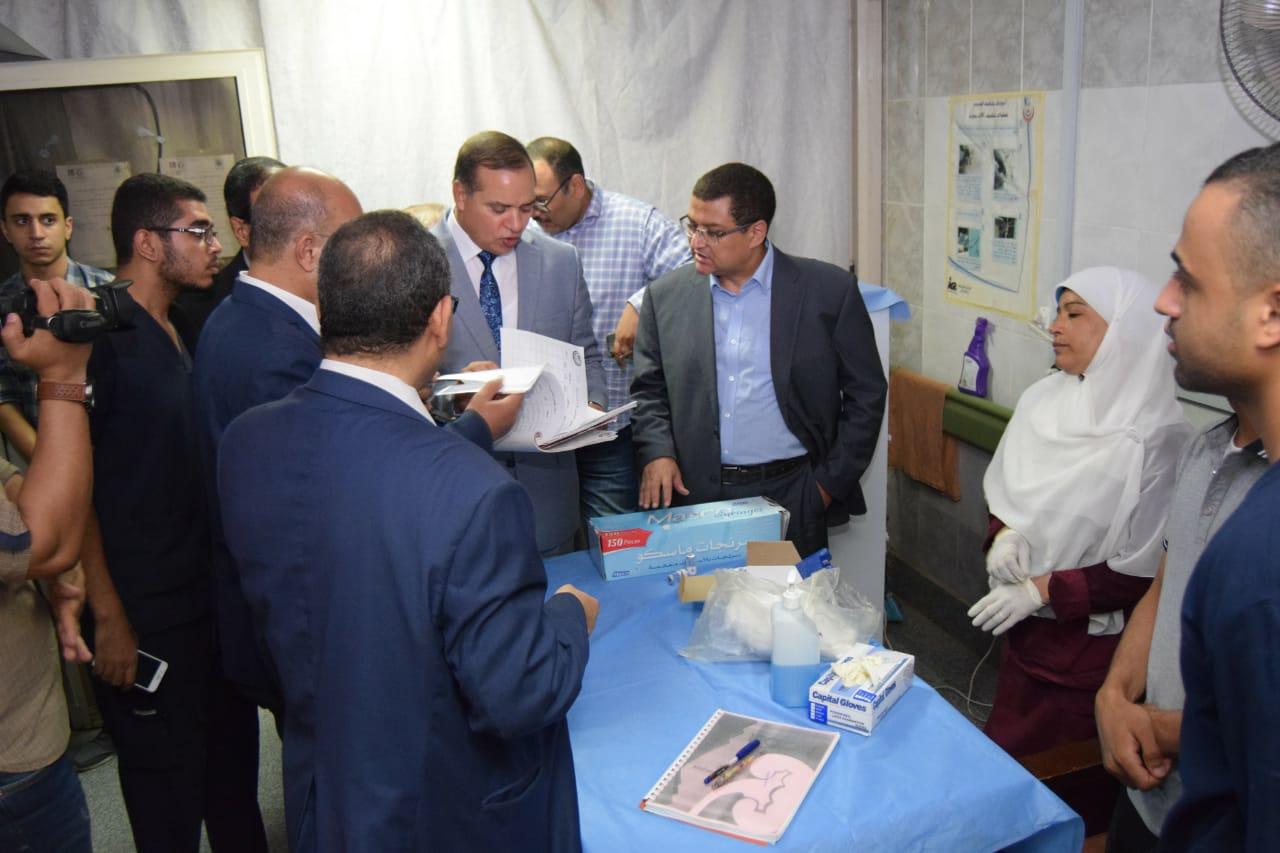تطعيم الأطباء بمستشفى سوهاج الجامعى (2)