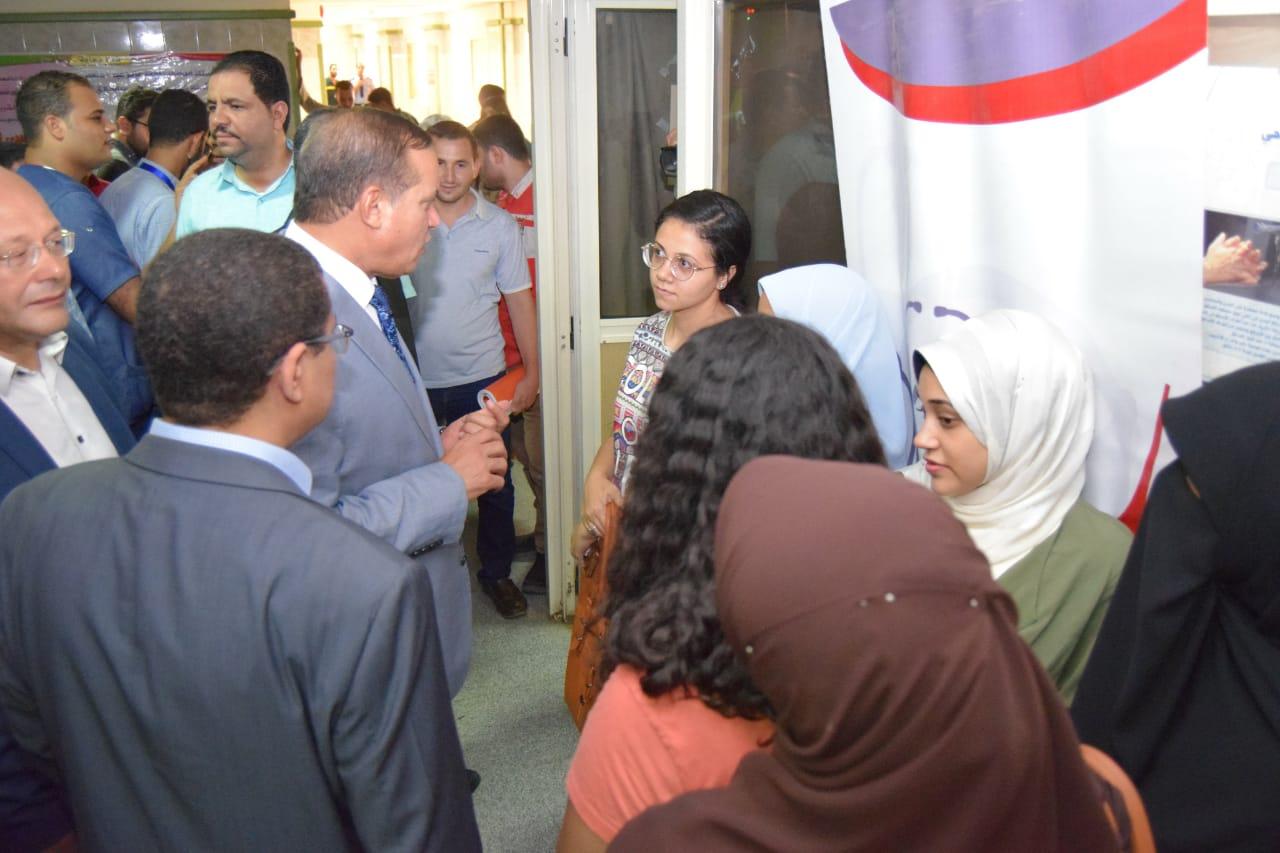 تطعيم الأطباء بمستشفى سوهاج الجامعى (3)